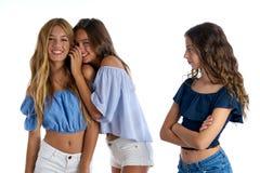 Tonåriga bästa vän som ifrån varandra trakasserar en ledsen flicka royaltyfri fotografi