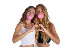 Tonåriga flickor för bästa vän med bubbelgum royaltyfria bilder