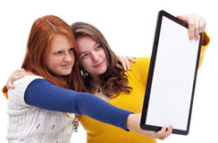 Tonåriga flickor med minnestavlan Royaltyfria Foton