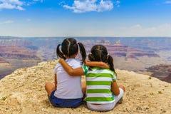 Tonåriga flickor på Grand Canyon Royaltyfri Fotografi