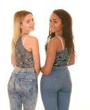 Tonåriga flickor som poserar i jeans Arkivbilder