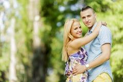 Tonåriga par i parkera Arkivfoton