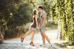 Tonåriga par tillsammans på gatan. Arkivfoton