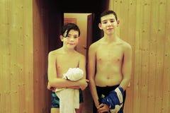 Tonåriga pojkevänner i bastu Fotografering för Bildbyråer