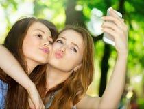 Tonåriga vänner som tar foto royaltyfri bild
