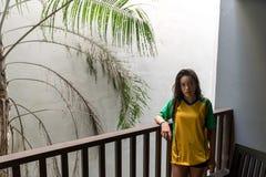 Tonårigt anseende på balkong i hotell arkivfoto