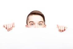 Tonårigt baner för pojkevisningmellanrum som isoleras på vit Royaltyfria Bilder