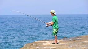 Tonårigt fiske stock video