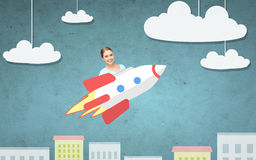 Tonårigt flickaflyg på raket ovanför tecknad filmstad royaltyfri illustrationer
