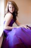 Tonårigt i purpurfärgad kappa royaltyfri fotografi