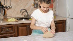 Tonårigt lagar mat deg i köket hemma lager videofilmer