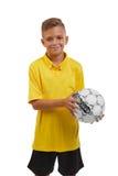 Tonårigt med en fotbollboll som isoleras på en vit bakgrund Lycklig sportpojke Ung fotbollsspelare Begrepp för skolaaktiviteter Arkivbild
