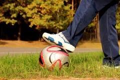 Tonårigt med fotbollbollen Royaltyfri Fotografi