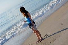 Tonårigt PÅ stranden Arkivbilder