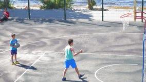 Tonåringövning i leken av basket långsam rörelse lager videofilmer