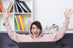 Tonåring eller preteen med datoren royaltyfri bild