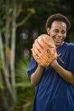 tonåring för afrikansk amerikanbaseballhandske Arkivfoton