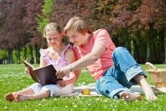 tonåring för bokavläsningssyskon Royaltyfri Fotografi