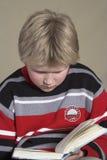 tonåring för bokpojkeavläsning arkivfoton