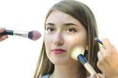 Tonåring för ung kvinna som har smink på hennes framsida av andra på whi Royaltyfria Foton