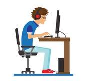 Tonåring i hörlurar som sitter på datoren Arkivbild