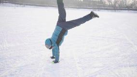 Tonåring i vintern Park som gör sportar Göra gymnastiska övningar i vinter utomhus Sund livsstil stock video