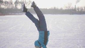 Tonåring i vintern Park som gör sportar Göra gymnastiska övningar i vinter utomhus Sund livsstil arkivfilmer