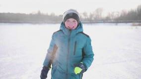 Tonåring i vintern Park som gör sportar Inkört vintern utomhus Sund livsstil stock video