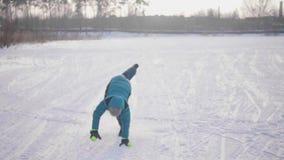 Tonåring i vintern Park som gör sportar Inkört vintern utomhus Sund livsstil arkivfilmer