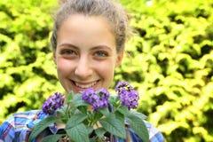 Tonåring med blommor Arkivfoton