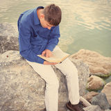 Tonåring med en bok Royaltyfri Foto