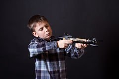 Tonåring med en crossbow Royaltyfri Bild