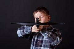 Tonåring med en crossbow Arkivfoton