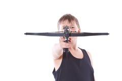 Tonåring med en crossbow Arkivbild