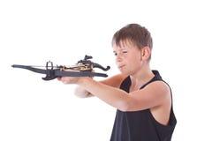Tonåring med en crossbow Fotografering för Bildbyråer
