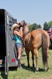 Tonåring med en häst royaltyfria bilder