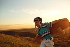 Tonåring med leksakflygplanet på naturen på solnedgången royaltyfri fotografi