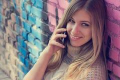 Tonåring- med mobilen och valentinmeddelande på skärmen Fotografering för Bildbyråer