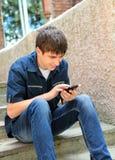 Tonåring med mobiltelefon royaltyfria bilder