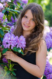 Tonåring med rhododendron royaltyfria bilder