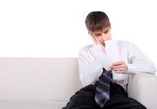 Tonåring med rivet papper Arkivfoto