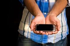 Tonåring med smart mobil arkivbilder