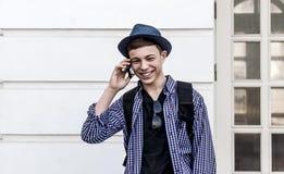 Tonåring med telefonen på gatan Arkivbilder
