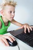 Tonåring på en dator Royaltyfri Foto