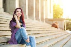 Tonåring på telefonen Arkivfoton