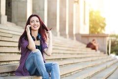 Tonåring på telefonen Fotografering för Bildbyråer