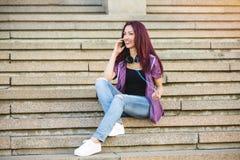 Tonåring på telefonen Royaltyfria Bilder