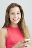 Tonåring som använder en smartphone Royaltyfria Foton