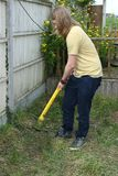 Tonåring som arbetar med den trädgårds- beskäraren royaltyfri foto