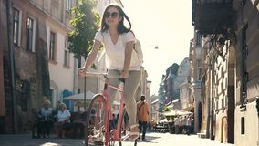 Tonåring som cyklar till och med centrum arkivfilmer